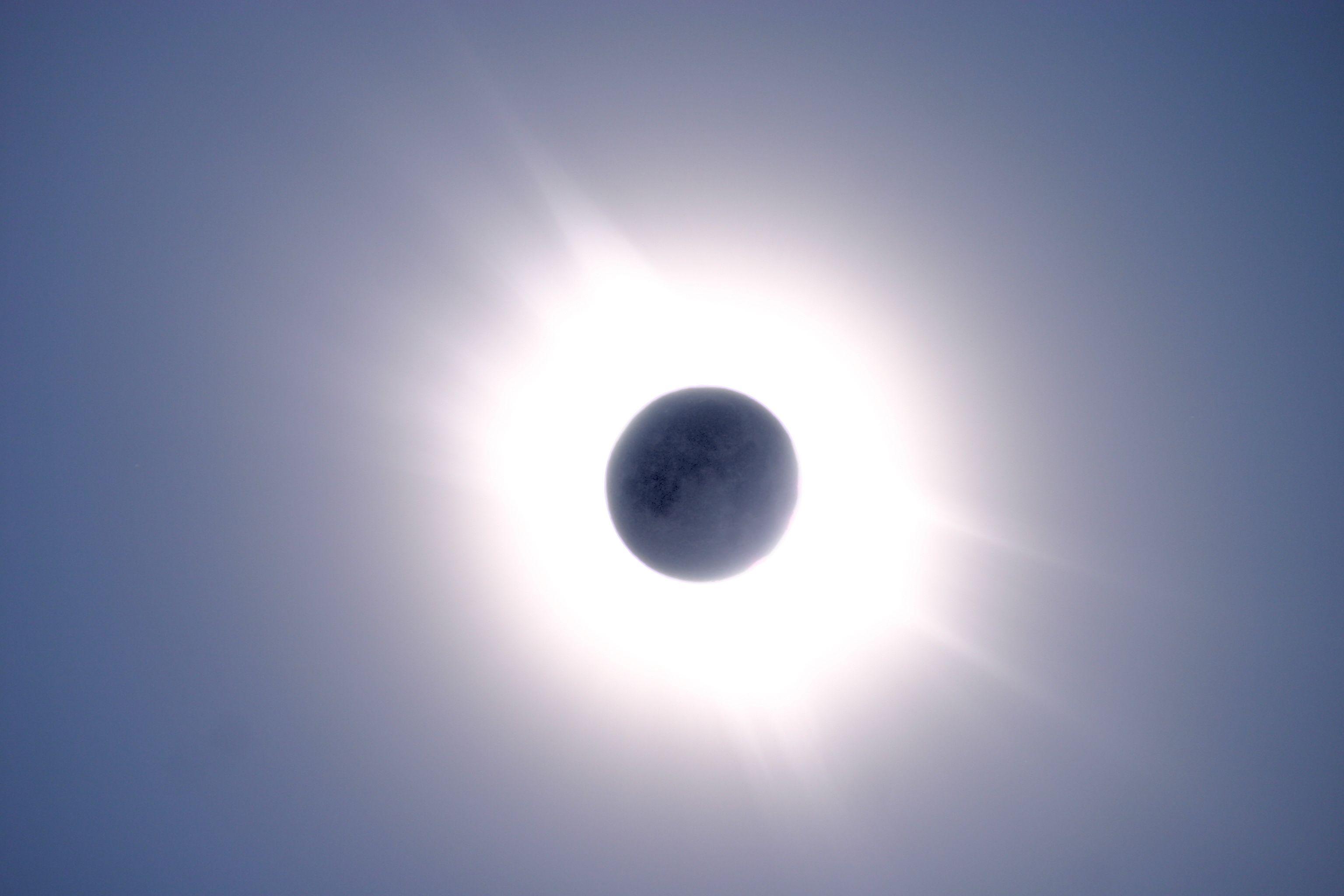 Horoscope - Page 20 2006-03-29-Eclipse_de_soleil_avec_lune-Laurent_FERRERO