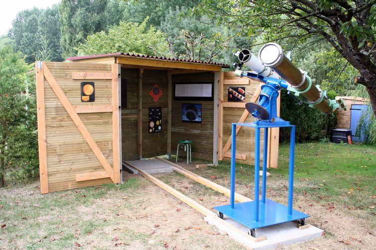 Pequeno cobertizo de madera utilizado como observatorio espacial