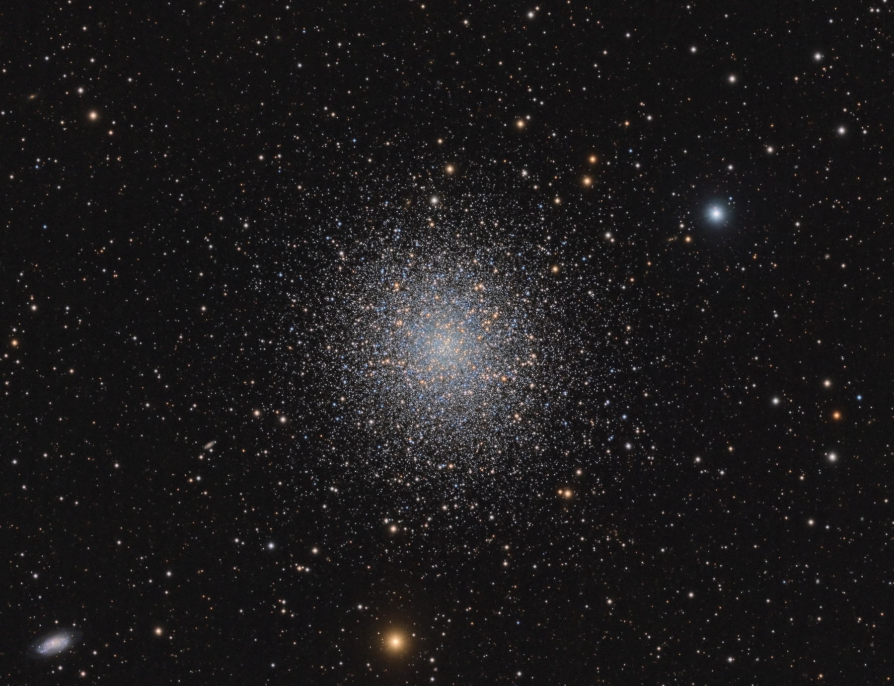M13_detail.jpg -          texto_bright    Object:M13   Date:February - May 2012   Observingsite: FNO (Fosca Nit Observatory, Àger)   Telescope: TakahashiTOA-150  @ f/7.3 on EM-400 mount   Camera:SBIG STL-11000M  @ -10/-20C   Filters: Astrodon RGB   Exposure:23 x 15 min R; 22 x 15 min G; 22 x 15 min B (all unbinned).  Totalexposure: 16 h     Guiding: Camera guide chip     Software:Guide & camera control: CCDSoft. Processing: PixInsight 1.7