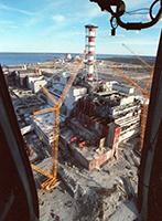 La centrale nucléaire de Tchernobyl après l'explosion de l'un des 4 réacteurs en 1986. Document Chernobyl.com.
