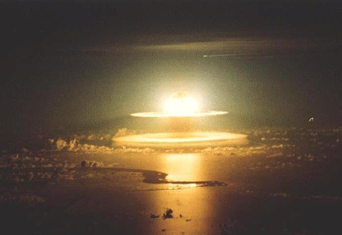 http://www.astrosurf.com/luxorion/Physique/bombe-atomique-mer.jpg