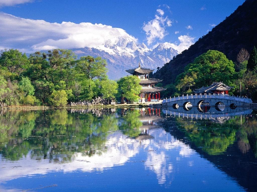 Le lac du dragon noir à lijiang dans la province du yunnan en chine