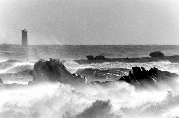 la mer s'ecrasant sur les rochers a Saint-Guenole, photo noir et blanc