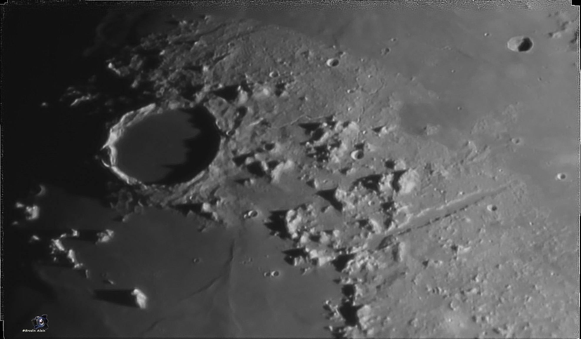 Le cratère Platon et la rainure Vallis Alpes