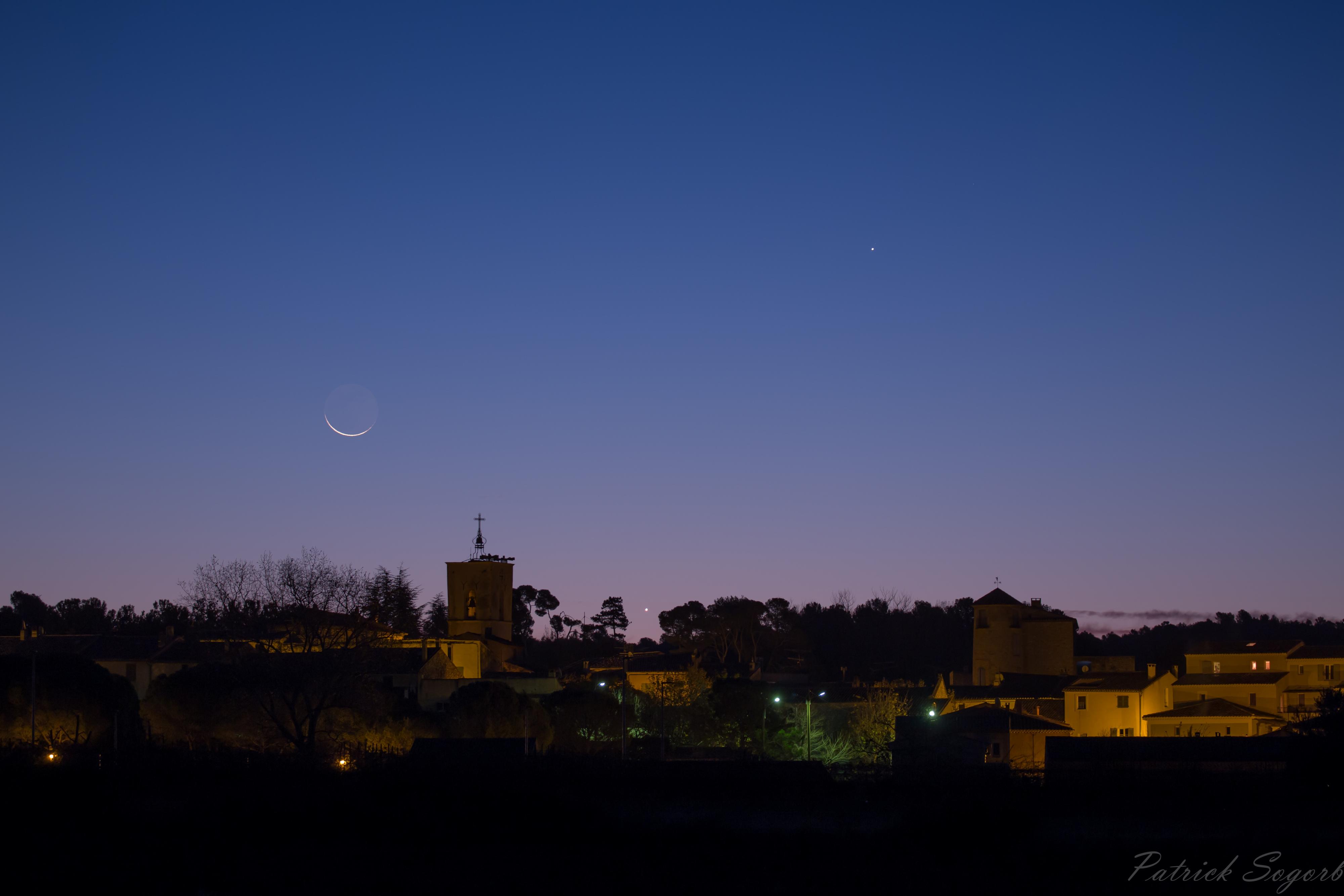 Conjonction Lune-Vénus-Jupiter du 17 Nov 2017 au dessus du village de La Bastide des Jourdans