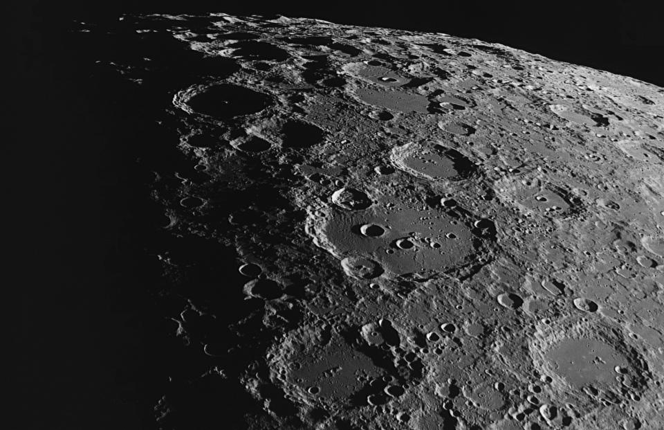 Coucher du Soleil sur le sommet du Mons central du cratère Moretus