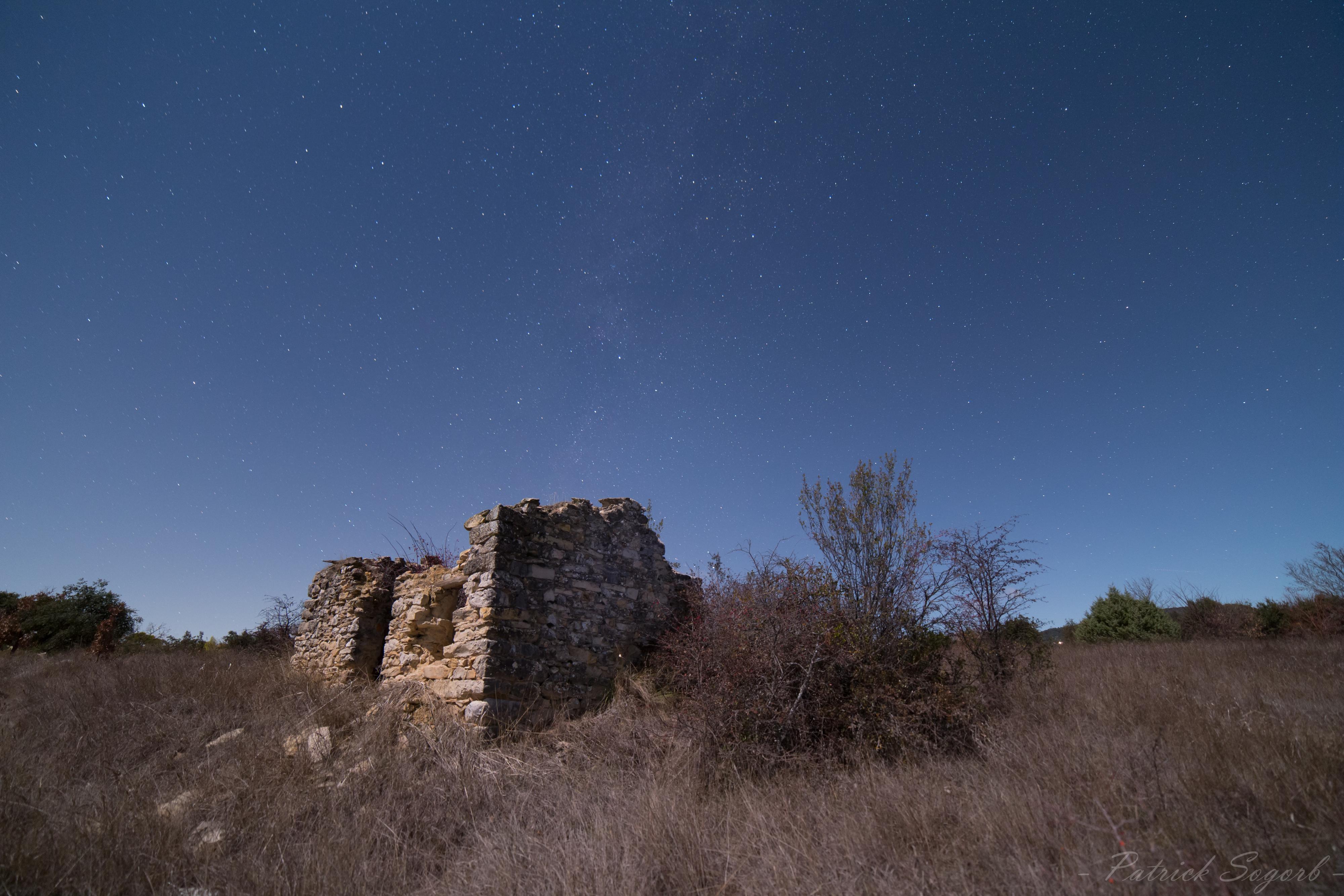 Une ruine dans le Luberon sous une Lune Gibbeuse