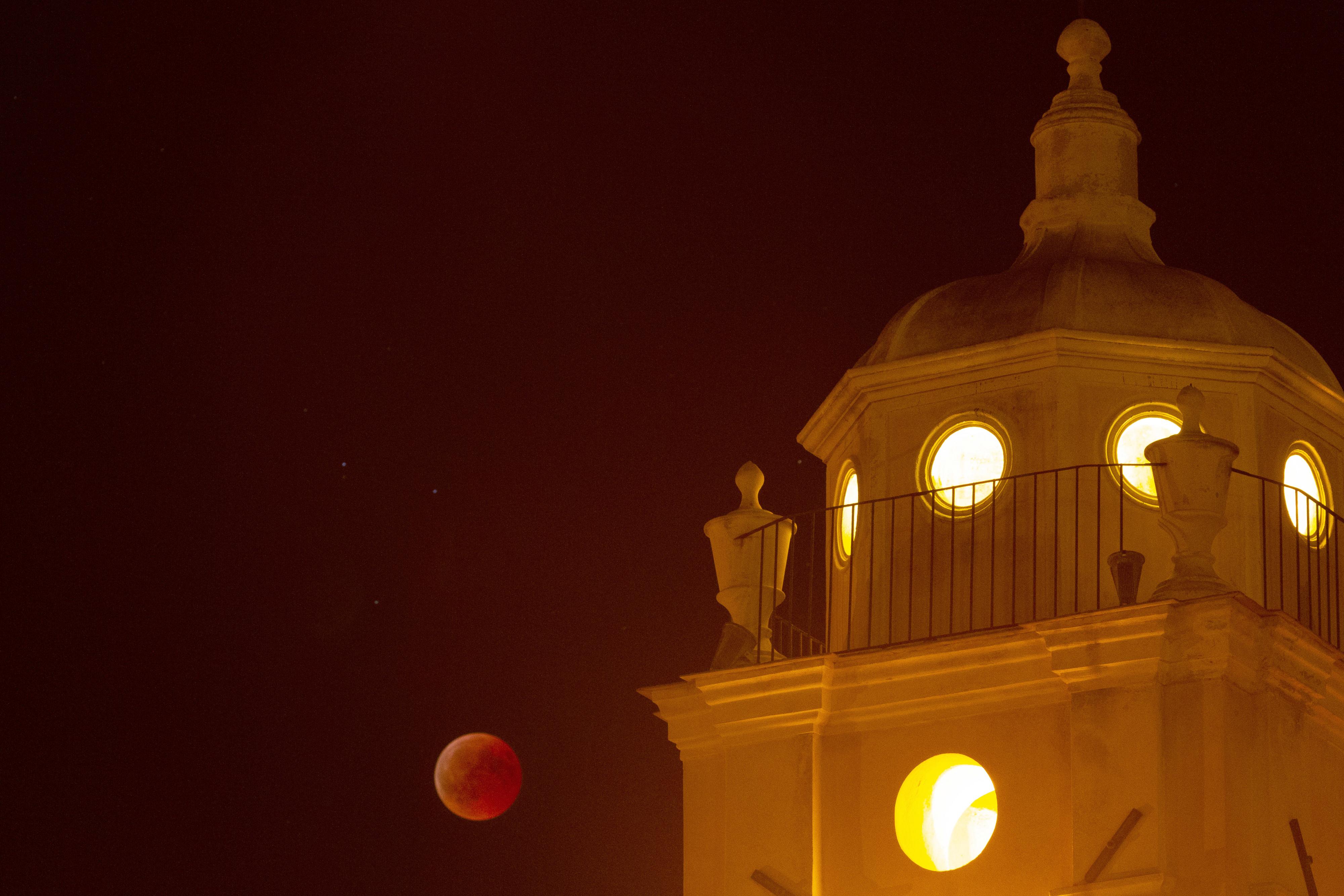 La Lune, rouge de honte, semblait vouloir se cacher dans la clocher de l'église de Cargèse (Corse du sud)