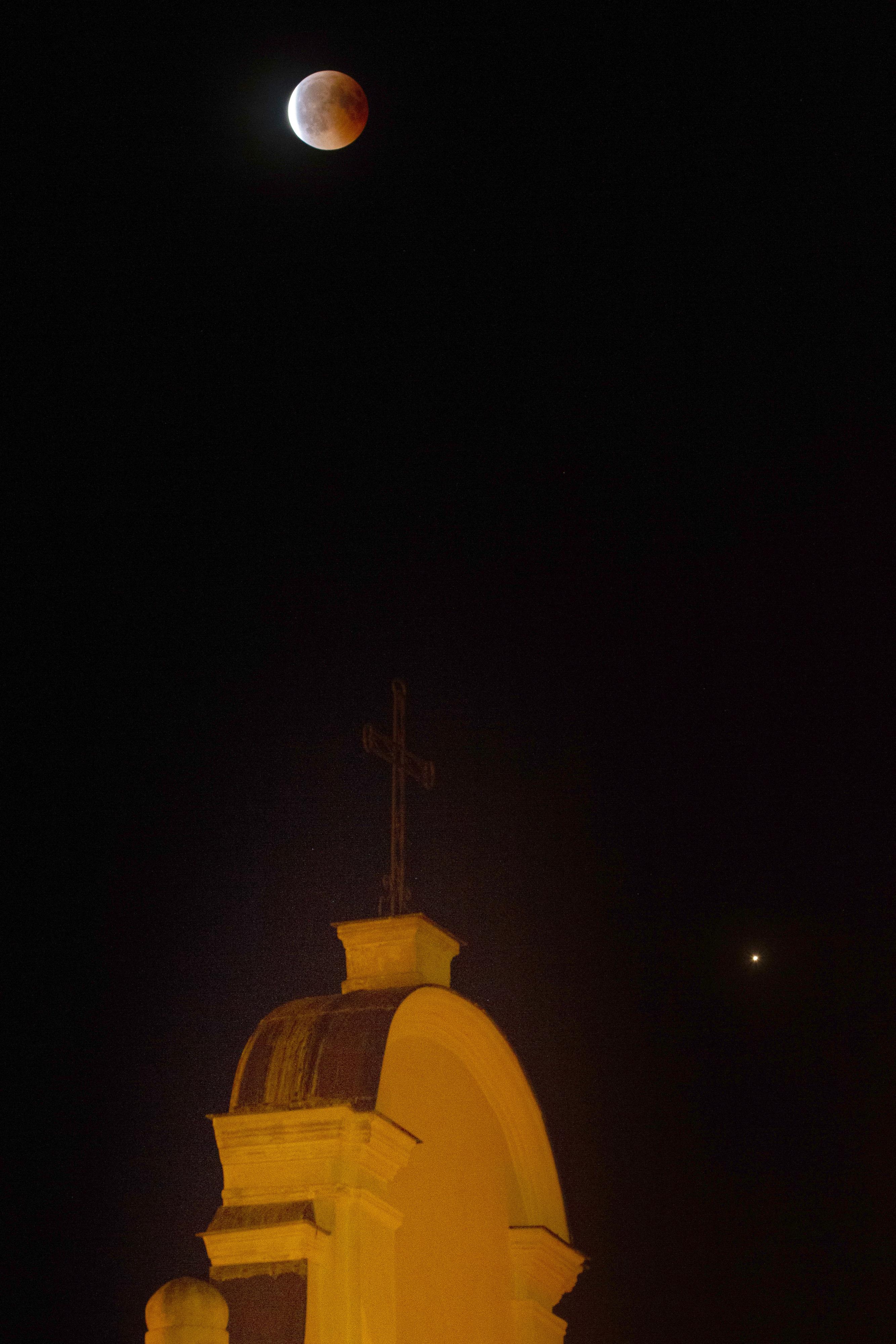 Eclipse du 27 juillet, la Lune sort de l'ombre, accompagnée de la planète Mars (Cargèse, Corse du sud)