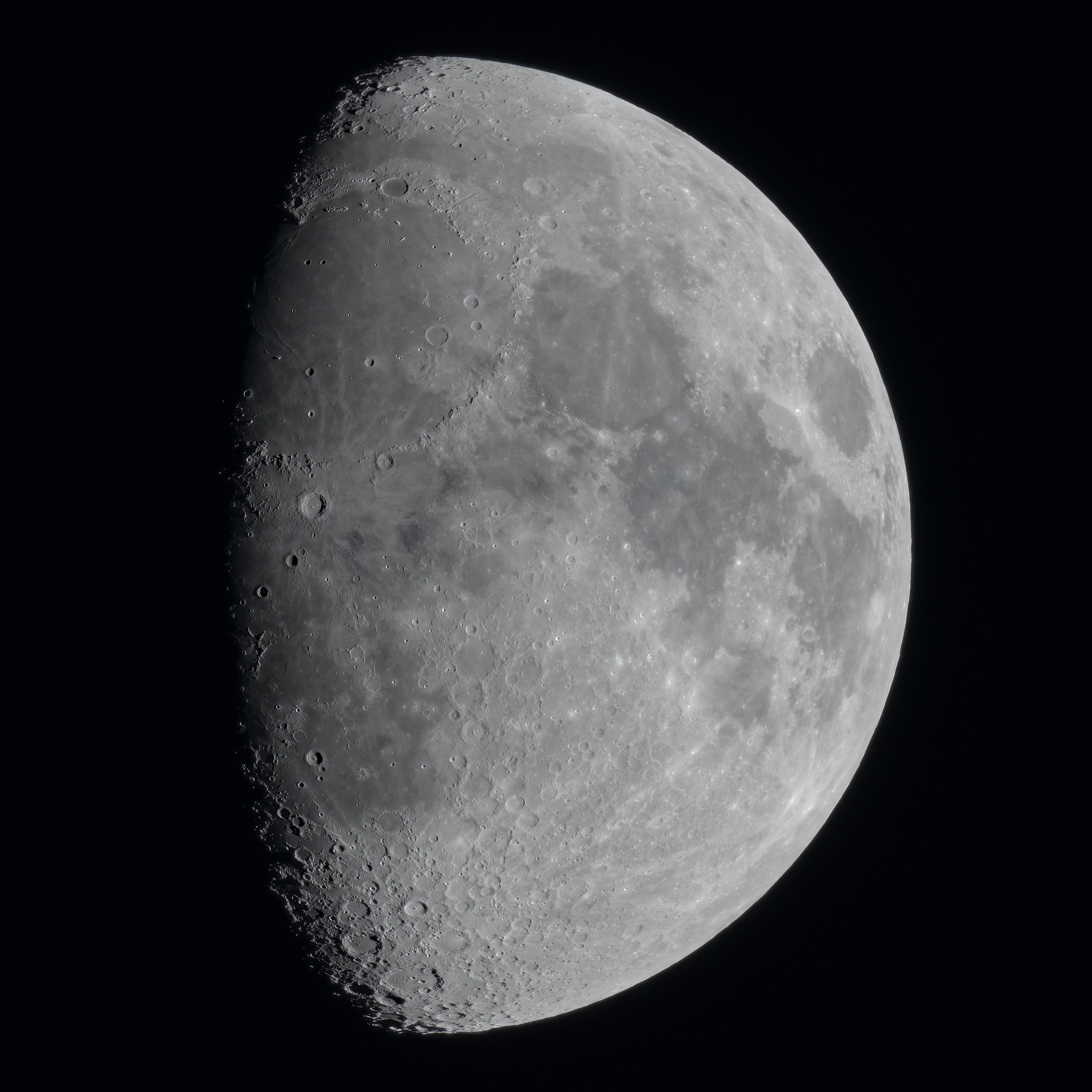 Lune gibbeuse, 40 poses additionnées, toujours au Nikon et petite Taka, sur trépied photo