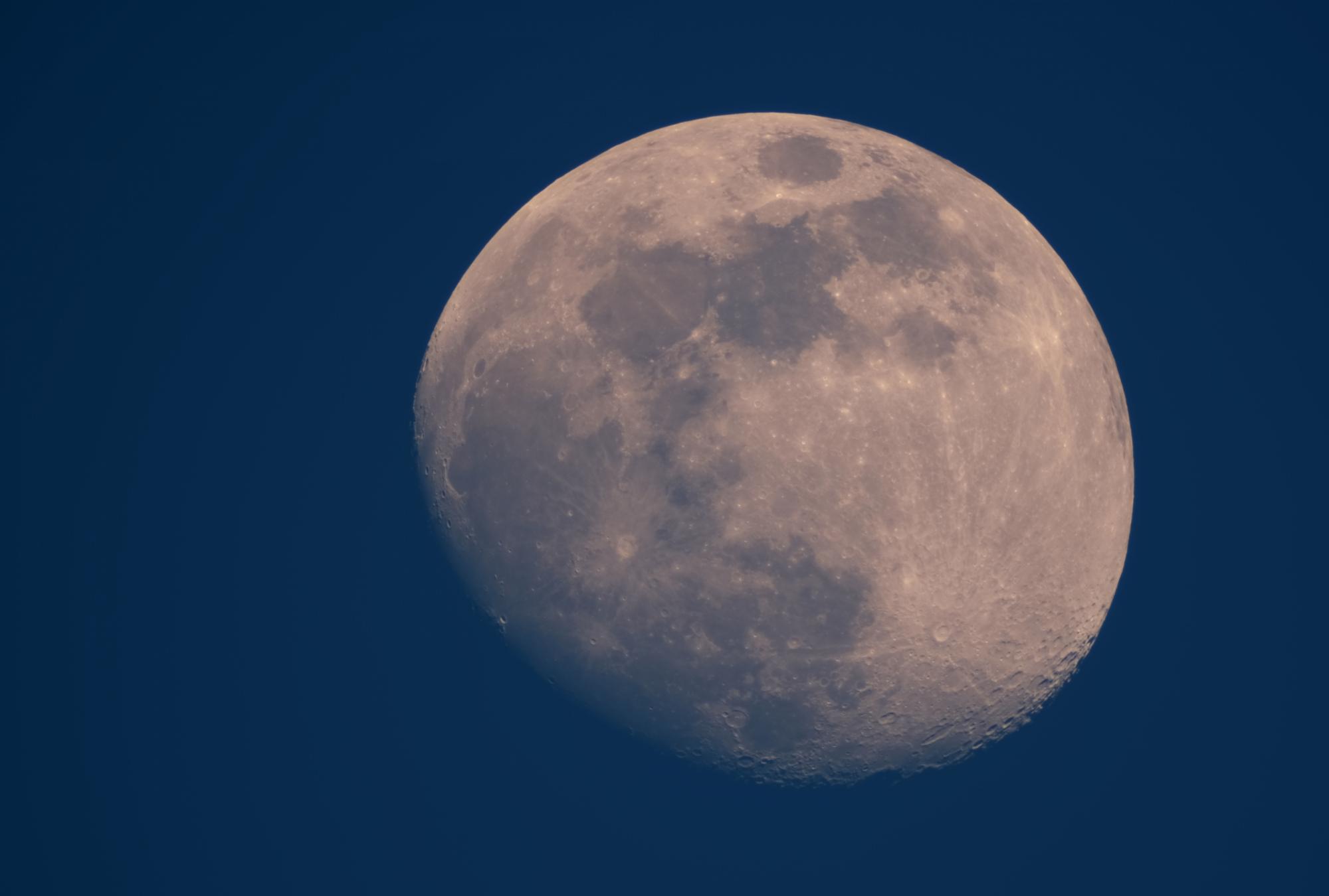 Lune.thumb.jpg.3cb2d31d8e3d44406ea48de6120f7751.jpg