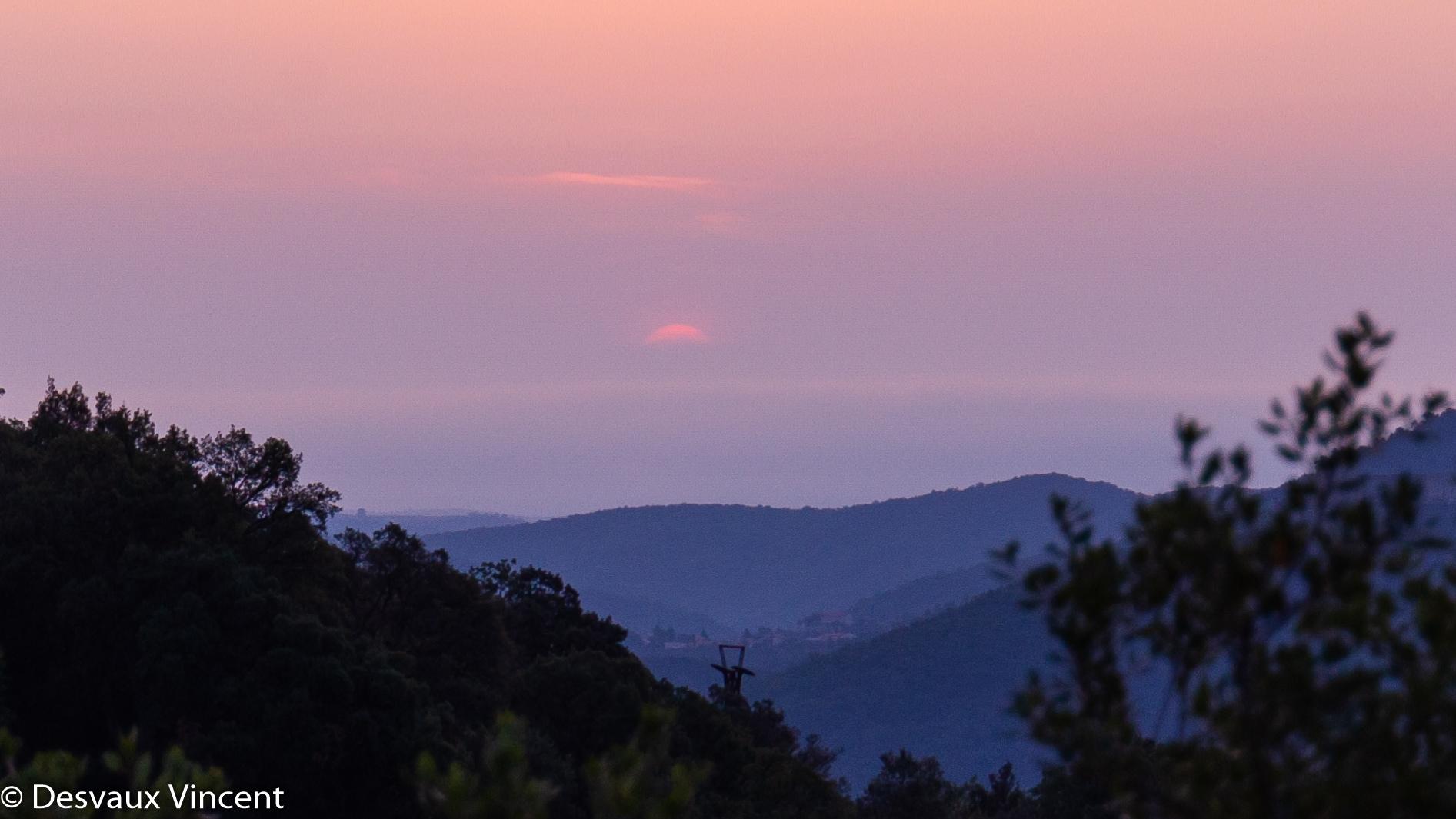 lever de soleil sur la vallée au dessus du poteau de telepherique depuis pin parasol-5903.jpg