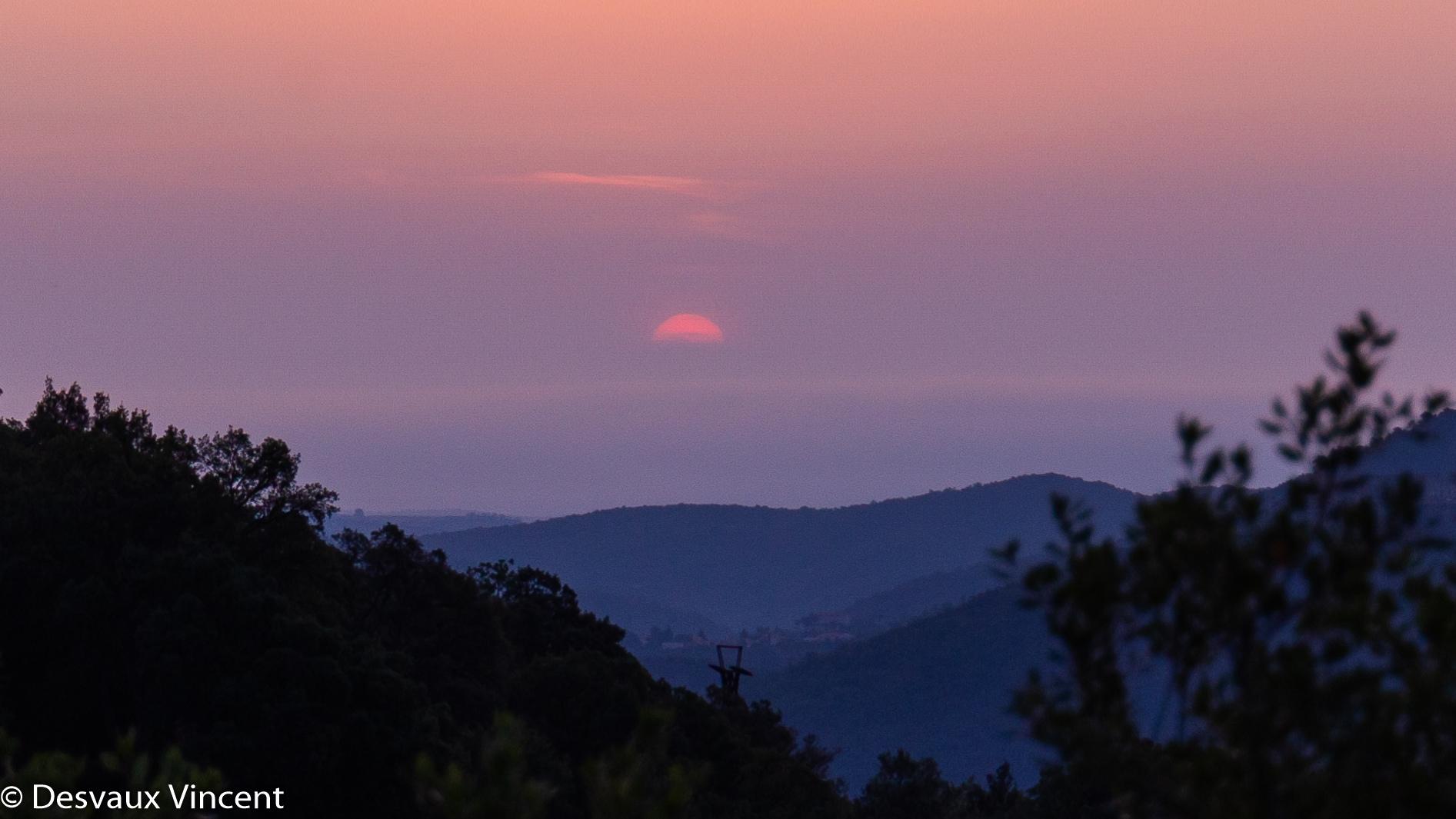 lever de soleil sur la vallée au dessus du poteau de telepherique depuis pin parasol-5905.jpg