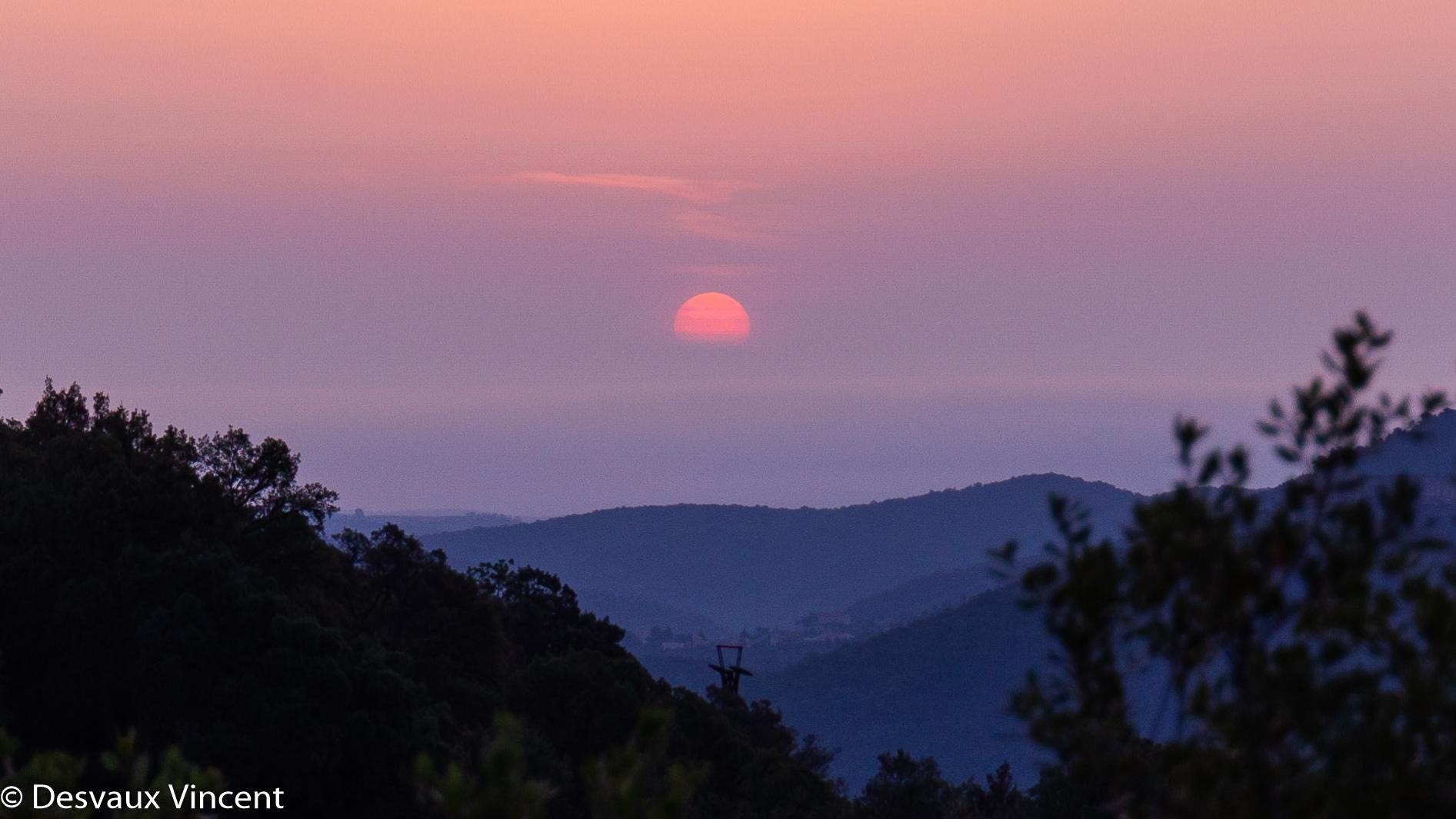 lever de soleil sur la vallée au dessus du poteau de telepherique depuis pin parasol-5909.jpg