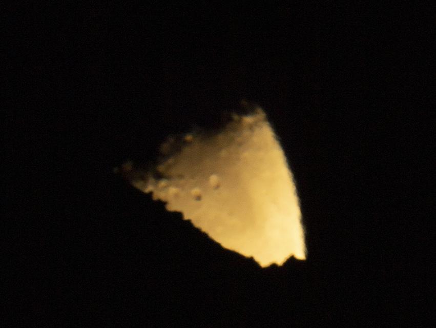 Bout de lune qui se couche sur le canigou.jpg
