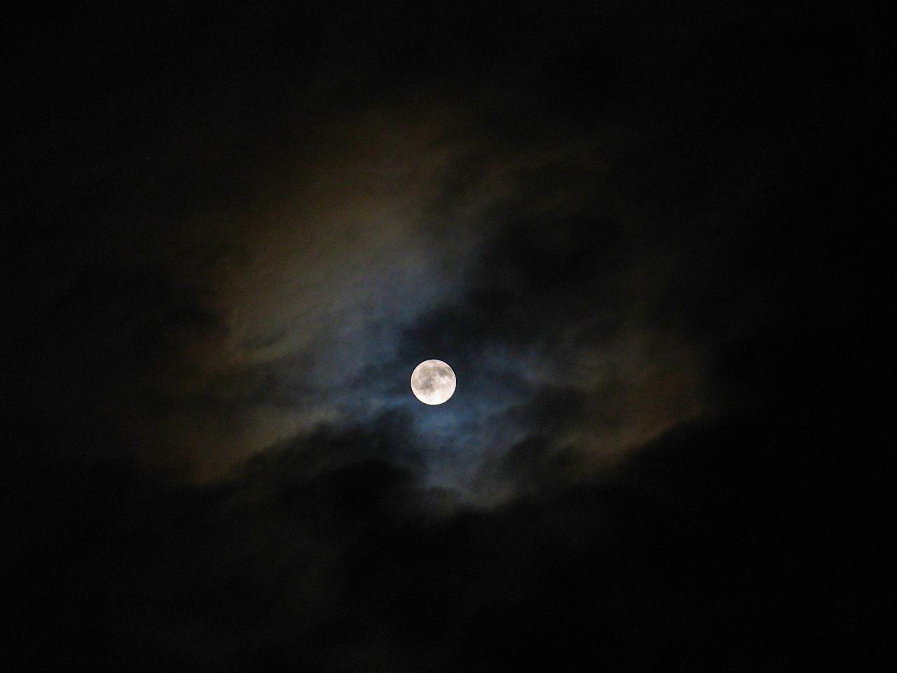Lune.JPG.2049f5bf45cbb82d40c5409f01c0eacc.JPG
