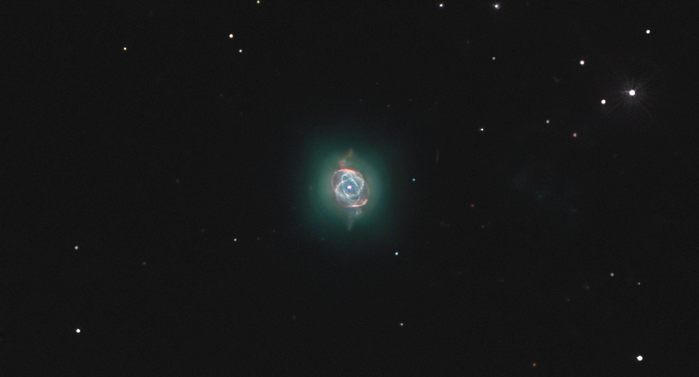 NGC 6543, le coeur et ses 11 anneaux