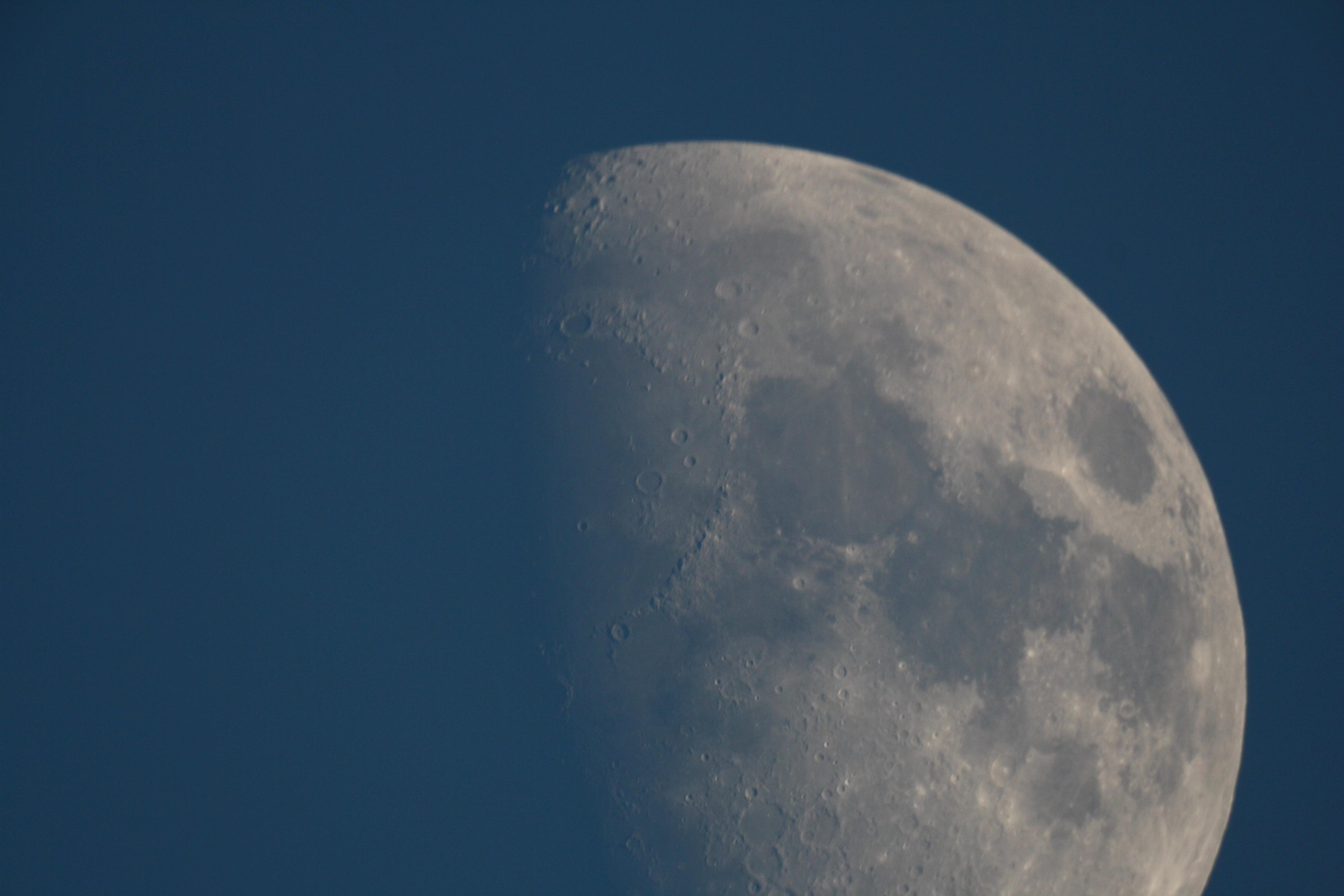 lune en plein jour au C8