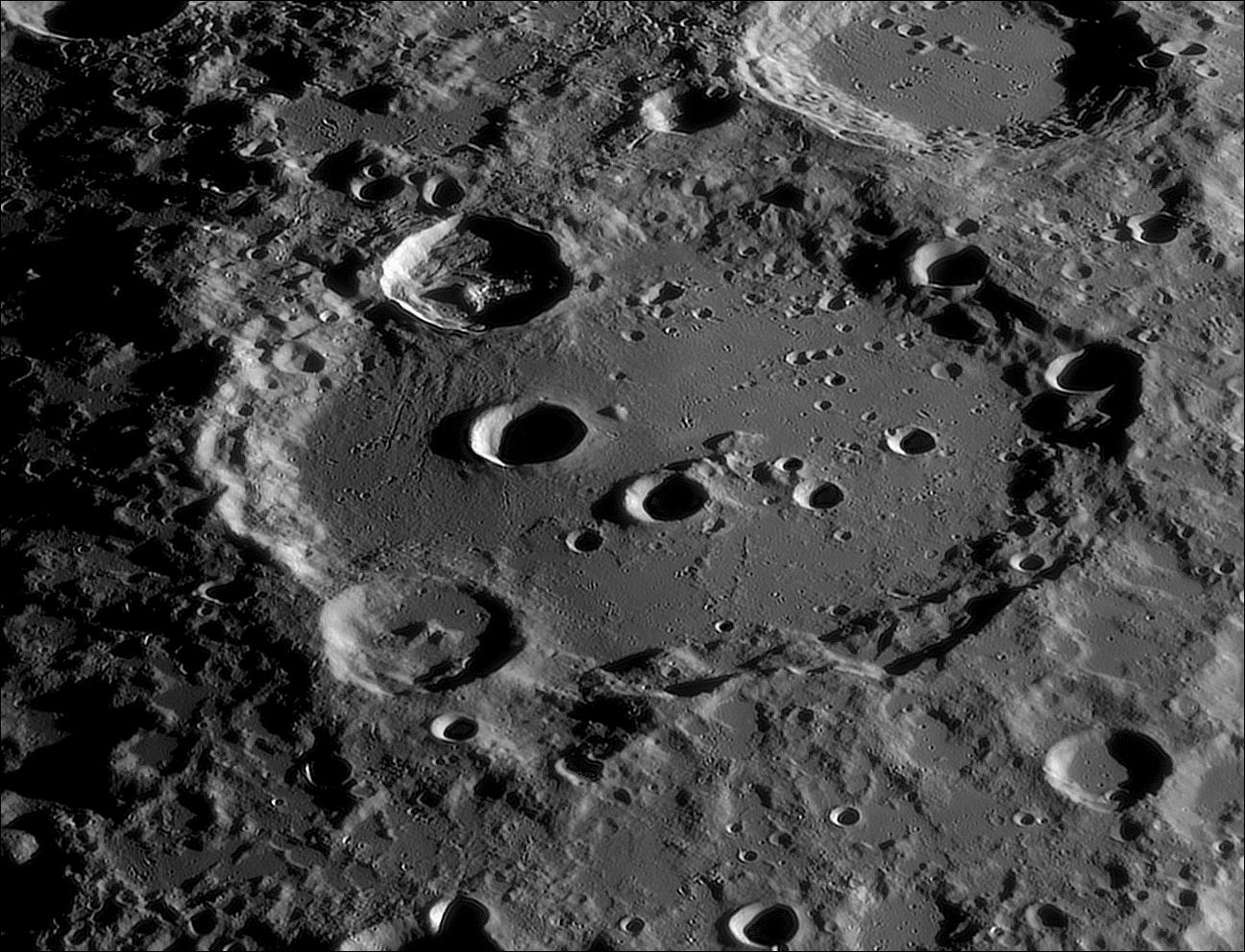 La Lune 650 images MF et PH BV CA.jpg